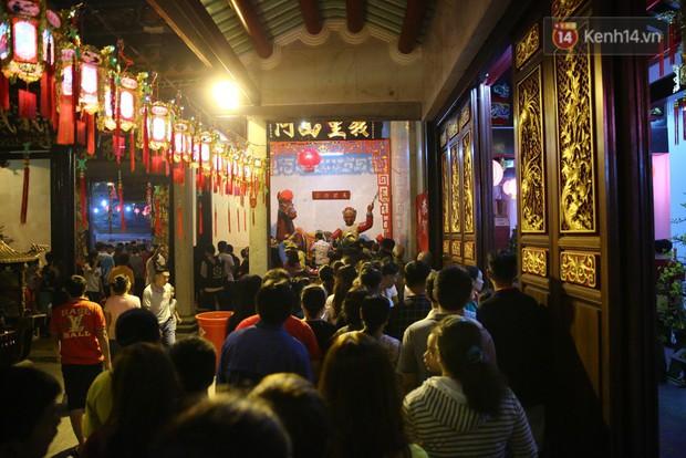 Chùm ảnh: Người Sài Gòn nườm nượp đi chùa cầu bình an ngày đầu năm mới Mậu Tuất 2018 - Ảnh 1.
