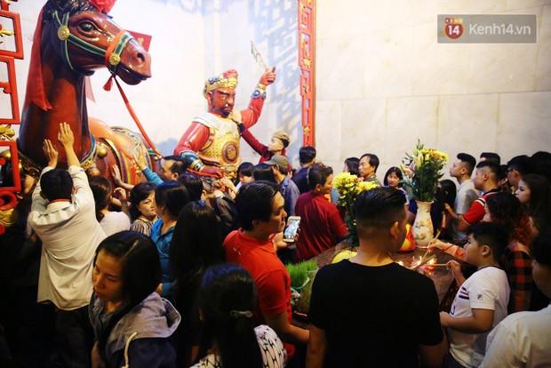 Chùm ảnh: Người Sài Gòn nườm nượp đi chùa cầu bình an ngày đầu năm mới Mậu Tuất 2018 - Ảnh 2.