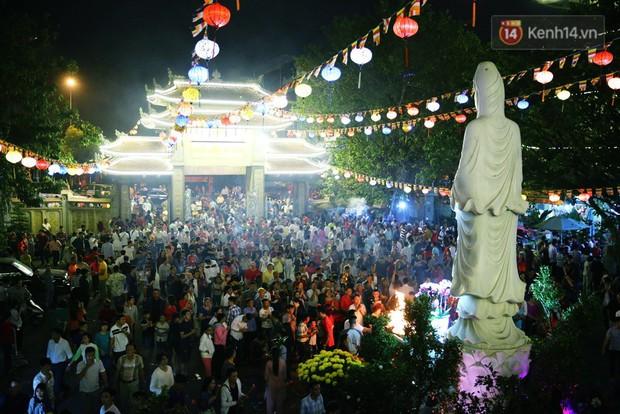 Chùm ảnh: Người Sài Gòn nườm nượp đi chùa cầu bình an ngày đầu năm mới Mậu Tuất 2018 - Ảnh 9.