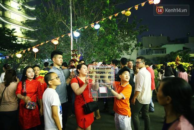 Chùm ảnh: Người Sài Gòn nườm nượp đi chùa cầu bình an ngày đầu năm mới Mậu Tuất 2018 - Ảnh 11.