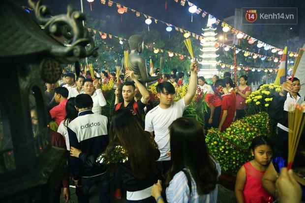 Chùm ảnh: Người Sài Gòn nườm nượp đi chùa cầu bình an ngày đầu năm mới Mậu Tuất 2018 - Ảnh 12.