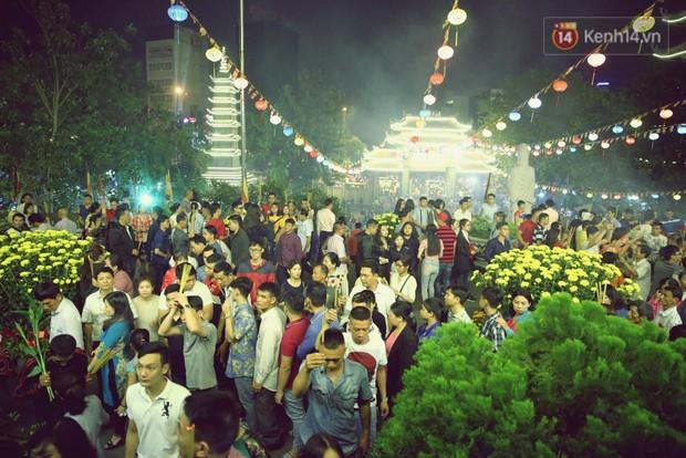 Chùm ảnh: Người Sài Gòn nườm nượp đi chùa cầu bình an ngày đầu năm mới Mậu Tuất 2018 - Ảnh 14.