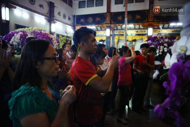 Chùm ảnh: Người Sài Gòn nườm nượp đi chùa cầu bình an ngày đầu năm mới Mậu Tuất 2018 - Ảnh 15.