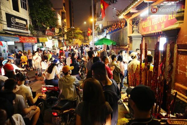 Chùm ảnh: Người Sài Gòn nườm nượp đi chùa cầu bình an ngày đầu năm mới Mậu Tuất 2018 - Ảnh 17.