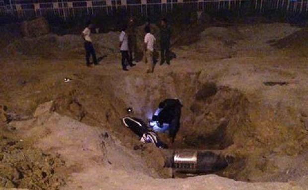 Nam thanh niên chết sau khi lao xe xuống hố công trình trong đêm 30 Tết - Ảnh 1.