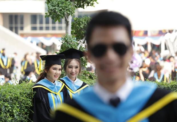 Nhờ bạn thân chụp bộ ảnh tốt nghiệp, anh chàng trở thành nam phụ mờ nhạt chỉ vì một lý do bất ngờ - Ảnh 1.