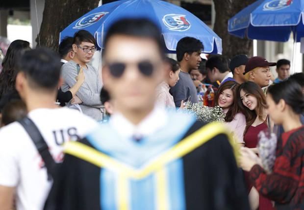 Nhờ bạn thân chụp bộ ảnh tốt nghiệp, anh chàng trở thành nam phụ mờ nhạt chỉ vì một lý do bất ngờ - Ảnh 4.
