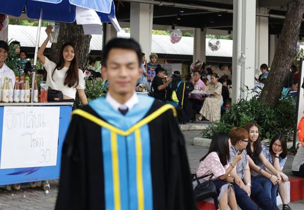 Nhờ bạn thân chụp bộ ảnh tốt nghiệp, anh chàng trở thành nam phụ mờ nhạt chỉ vì một lý do bất ngờ - Ảnh 6.