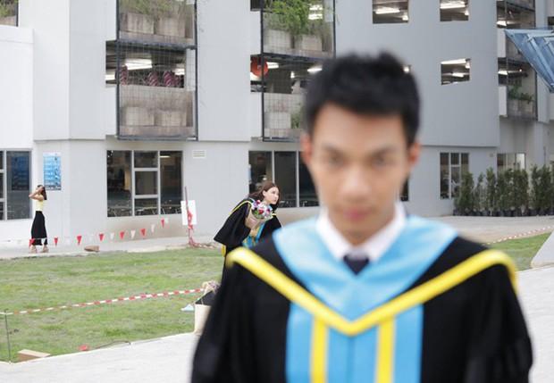 Nhờ bạn thân chụp bộ ảnh tốt nghiệp, anh chàng trở thành nam phụ mờ nhạt chỉ vì một lý do bất ngờ - Ảnh 7.