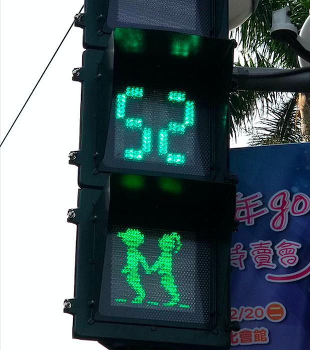 Nhân dịp Valentine, những anh chàng tín hiệu giao thông Đài Loan được chính quyền cấp phép cho tìm thấy tình yêu đích thực - Ảnh 2.