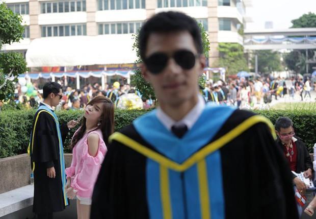 Nhờ bạn thân chụp bộ ảnh tốt nghiệp, anh chàng trở thành nam phụ mờ nhạt chỉ vì một lý do bất ngờ - Ảnh 2.