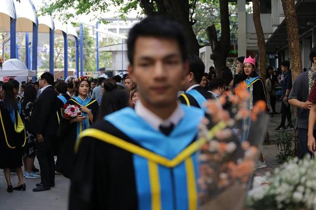 Nhờ bạn thân chụp bộ ảnh tốt nghiệp, anh chàng trở thành nam phụ mờ nhạt chỉ vì một lý do bất ngờ - Ảnh 8.