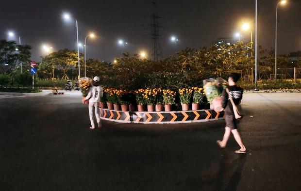 """Câu chuyện đáng yêu về hai vợ chồng """"dịu dàng giữa thịnh nộ"""": Mang hoa ế 30 Tết trang trí cho vòng xoay ở Sài Gòn - Ảnh 2."""