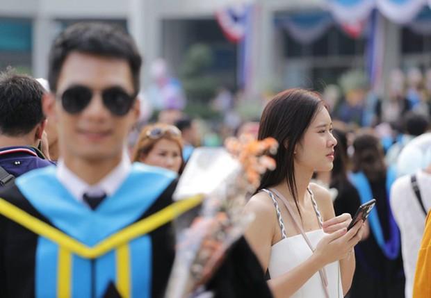 Nhờ bạn thân chụp bộ ảnh tốt nghiệp, anh chàng trở thành nam phụ mờ nhạt chỉ vì một lý do bất ngờ - Ảnh 3.