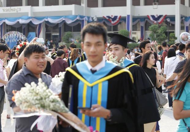 Nhờ bạn thân chụp bộ ảnh tốt nghiệp, anh chàng trở thành nam phụ mờ nhạt chỉ vì một lý do bất ngờ - Ảnh 10.