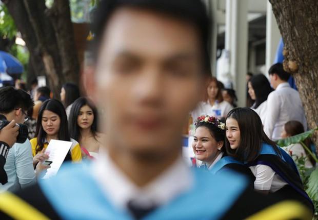 Nhờ bạn thân chụp bộ ảnh tốt nghiệp, anh chàng trở thành nam phụ mờ nhạt chỉ vì một lý do bất ngờ - Ảnh 11.