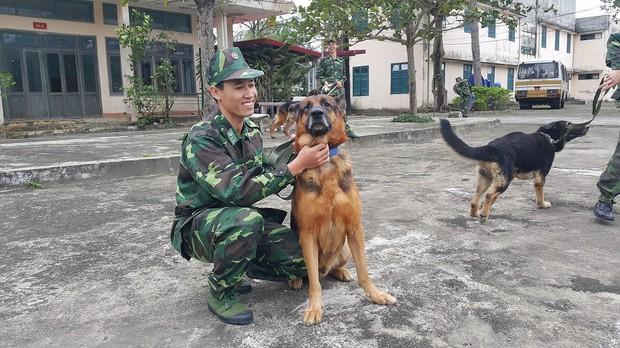 Bi hài: Vợ chiến sĩ Biên phòng ghen vì chồng quá thân với... chó - Ảnh 2.