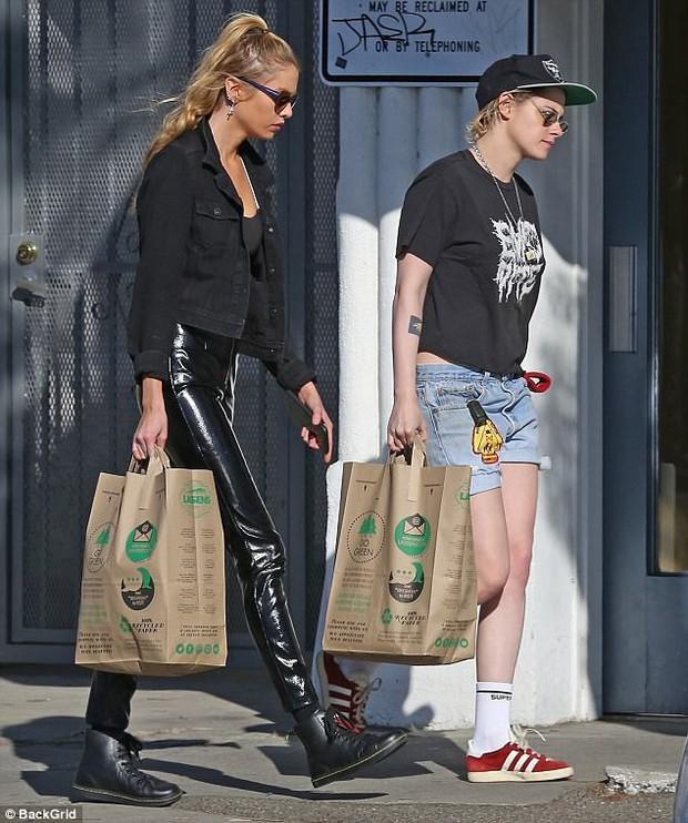 Kristen Stewart khoe chân nuột nà, vẫn hẹn hò với bạn gái sau khi đi bar cùng Robert - Ảnh 2.
