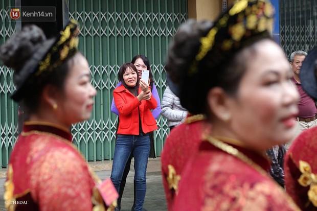 Chùm ảnh: 2 tiếng rước quả pháo dài 6 mét về làng Đồng Kỵ, mở màn mùa lễ hội đầu năm mới - Ảnh 6.