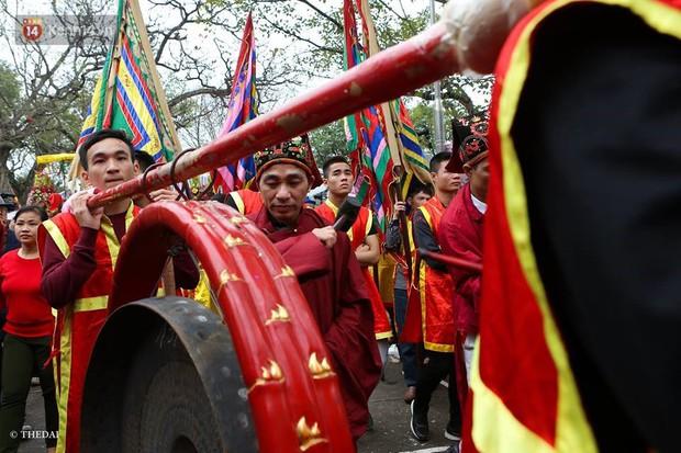 Chùm ảnh: 2 tiếng rước quả pháo dài 6 mét về làng Đồng Kỵ, mở màn mùa lễ hội đầu năm mới - Ảnh 3.