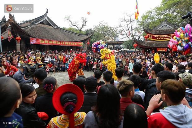 Chùm ảnh: 2 tiếng rước quả pháo dài 6 mét về làng Đồng Kỵ, mở màn mùa lễ hội đầu năm mới - Ảnh 1.