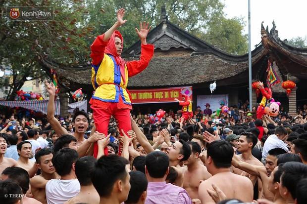 Chùm ảnh: 2 tiếng rước quả pháo dài 6 mét về làng Đồng Kỵ, mở màn mùa lễ hội đầu năm mới - Ảnh 8.