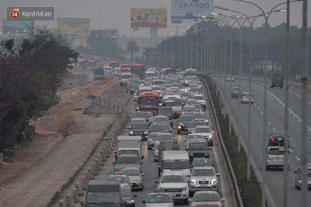 Cao tốc Pháp Vân ùn ứ nghiêm trọng chiều mùng 4 Tết do người dân bắt đầu trở lại Thủ đô - Ảnh 2.
