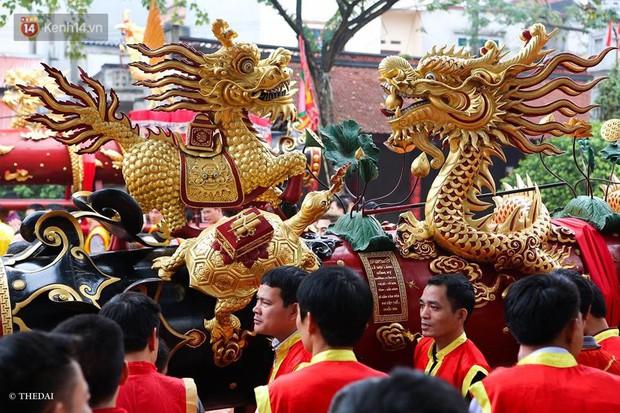 Chùm ảnh: 2 tiếng rước quả pháo dài 6 mét về làng Đồng Kỵ, mở màn mùa lễ hội đầu năm mới - Ảnh 2.