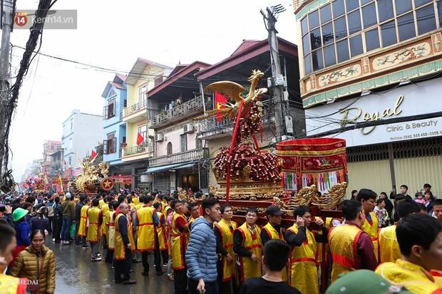 Chùm ảnh: 2 tiếng rước quả pháo dài 6 mét về làng Đồng Kỵ, mở màn mùa lễ hội đầu năm mới - Ảnh 5.