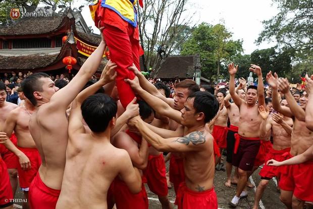 Chùm ảnh: 2 tiếng rước quả pháo dài 6 mét về làng Đồng Kỵ, mở màn mùa lễ hội đầu năm mới - Ảnh 10.