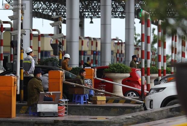 Cao tốc Pháp Vân ùn ứ nghiêm trọng chiều mùng 4 Tết do người dân bắt đầu trở lại Thủ đô - Ảnh 6.