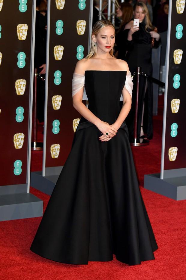Thảm đỏ Oscar Anh Quốc: Dàn siêu sao tiếp tục khoe sắc với váy đen để ủng hộ phong trào chống quấy rối tình dục - Ảnh 8.