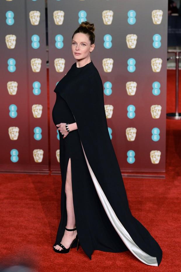 Thảm đỏ Oscar Anh Quốc: Dàn siêu sao tiếp tục khoe sắc với váy đen để ủng hộ phong trào chống quấy rối tình dục - Ảnh 18.