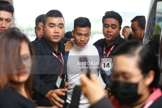 Fan đón U23 hạ cánh Sài Gòn cuồng nhiệt không khác gì sao Hàn! - Ảnh 12.