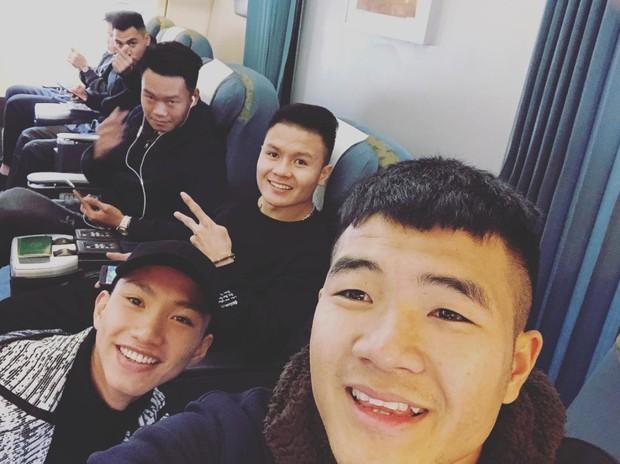 Fan đón U23 hạ cánh Sài Gòn cuồng nhiệt không khác gì sao Hàn! - Ảnh 19.