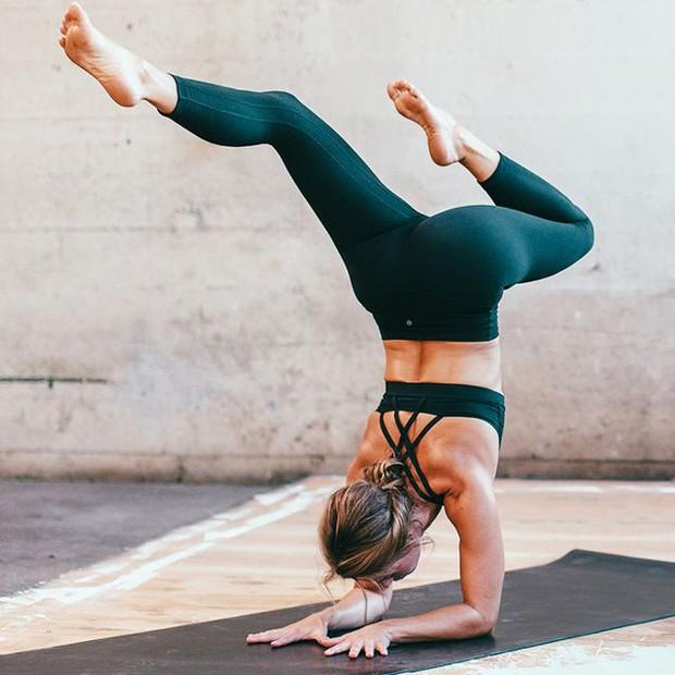3 tư thế yoga tối ưu chị em có thể tập luyện trong những ngày đèn đỏ - Ảnh 2.