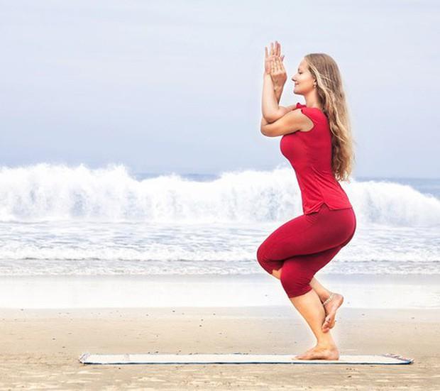 3 tư thế yoga tối ưu chị em có thể tập luyện trong những ngày đèn đỏ - Ảnh 5.