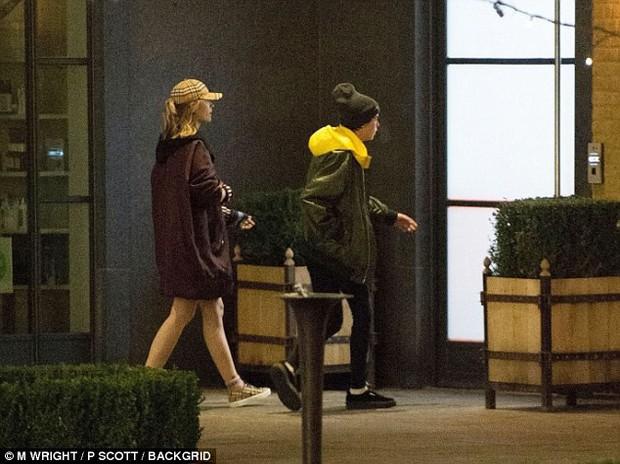 Cara Delevingne và con gái Michael Jackson nắm tay tình tứ, bị đồn đang hẹn hò đồng giới - Ảnh 2.