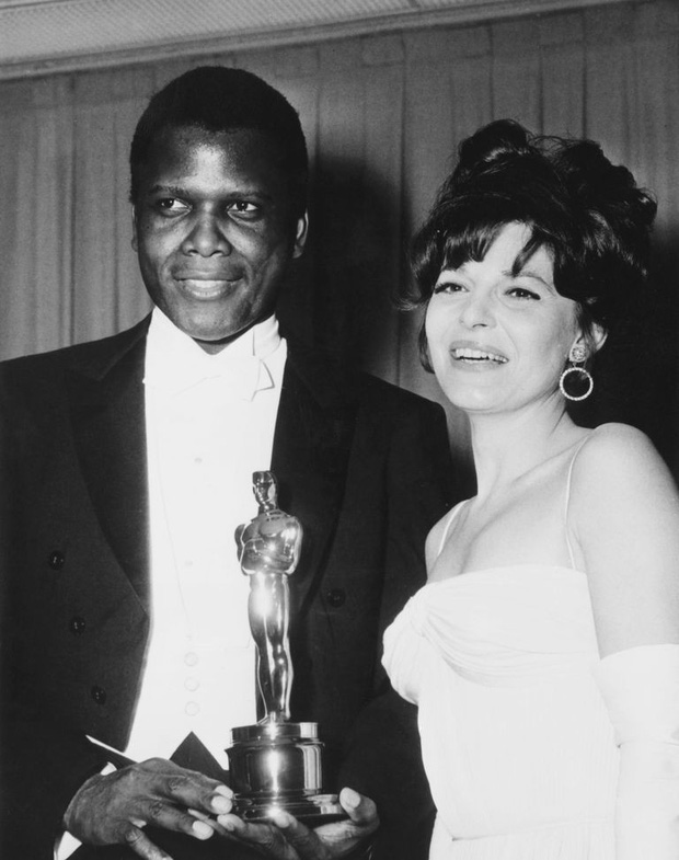 Nhìn lại những phút giây kinh điển nhất trên sân khấu trao giải Oscar suốt 89 năm qua (Phần 1) - Ảnh 2.