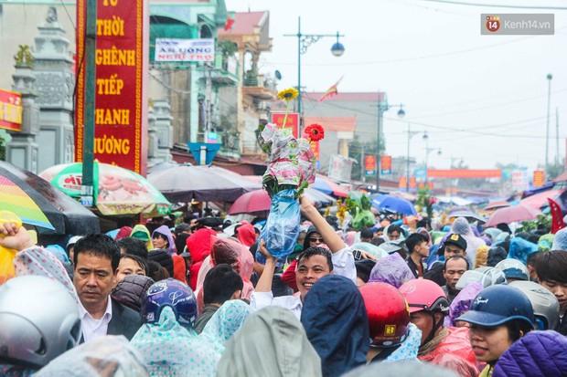 Hàng ngàn người đội mưa tìm về chợ Viềng để mua hàng cầu may - Ảnh 1.
