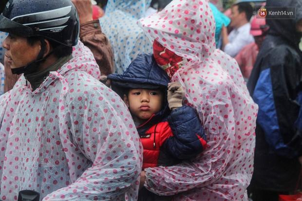 Hàng ngàn người đội mưa tìm về chợ Viềng để mua hàng cầu may - Ảnh 5.