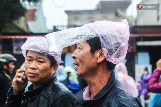 Hàng ngàn người đội mưa tìm về chợ Viềng để mua hàng cầu may - Ảnh 4.