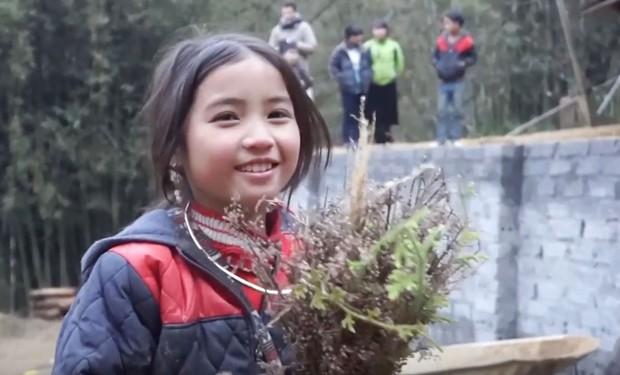 Bé gái HMông gây chú ý khi xuất hiện trong clip của dân phượt với nụ cười cực xinh - Ảnh 4.