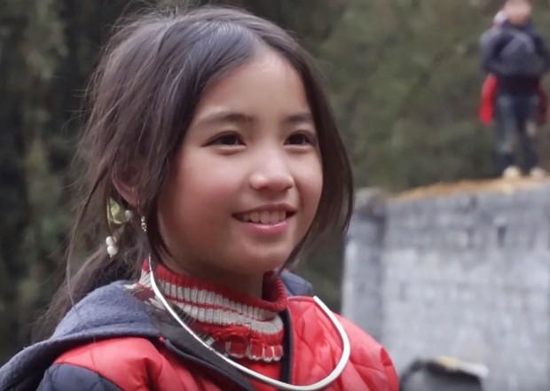 Bé gái HMông gây chú ý khi xuất hiện trong clip của dân phượt với nụ cười cực xinh - Ảnh 7.