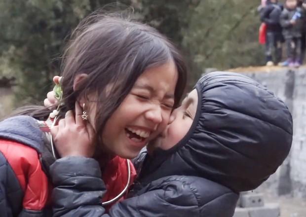 Bé gái HMông gây chú ý khi xuất hiện trong clip của dân phượt với nụ cười cực xinh - Ảnh 2.