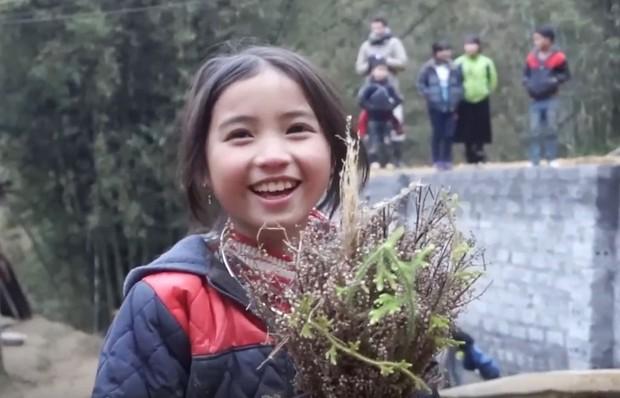 Bé gái HMông gây chú ý khi xuất hiện trong clip của dân phượt với nụ cười cực xinh - Ảnh 6.