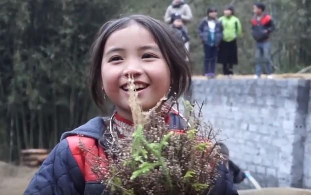 Bé gái HMông gây chú ý khi xuất hiện trong clip của dân phượt với nụ cười cực xinh - Ảnh 5.