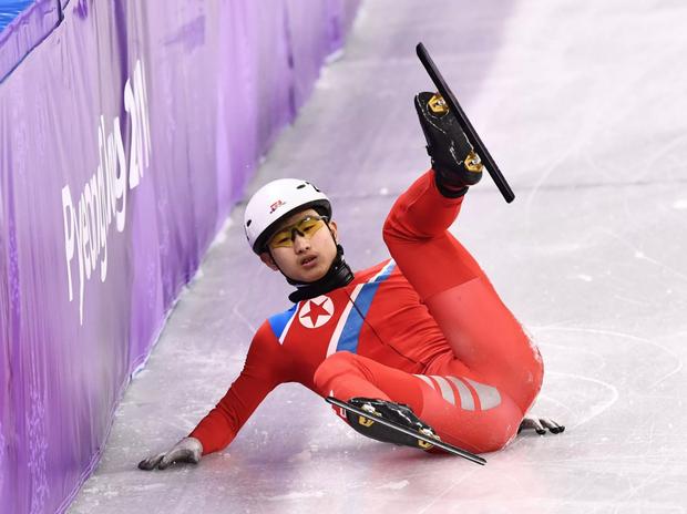 VĐV Triều Tiên kéo chân đối thủ khi trượt ngã ở Olympic mùa đông - Ảnh 2.