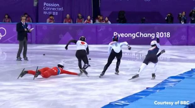 VĐV Triều Tiên kéo chân đối thủ khi trượt ngã ở Olympic mùa đông - Ảnh 1.