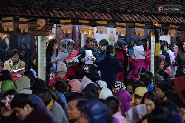 Hàng chục người đứng trên cầu vượt Ngã tư Sở vái vọng vì không chen vào được Tổ đình Phúc Khánh ngày giải hạn - Ảnh 5.